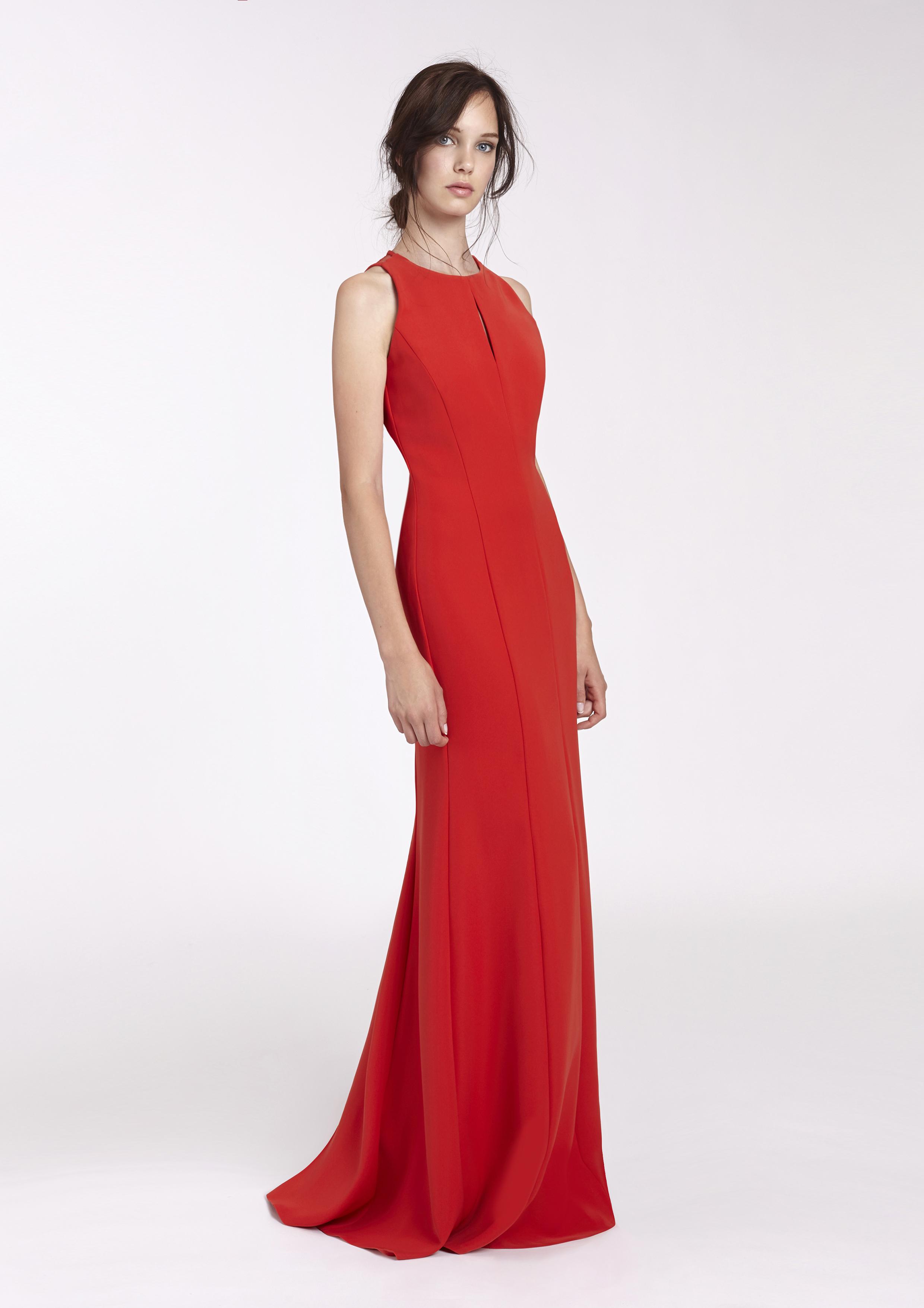 Vestido De Fiesta Rojo De Gasa. Este tipo de vestido que contiene un escote tipo uve, está hecho a base de tela tipo estirable por dentro y tela tipo gasa como cubierta, tiene diseños escotado en la espalda, tiene tirantes, modelo medio plizado en la falda.