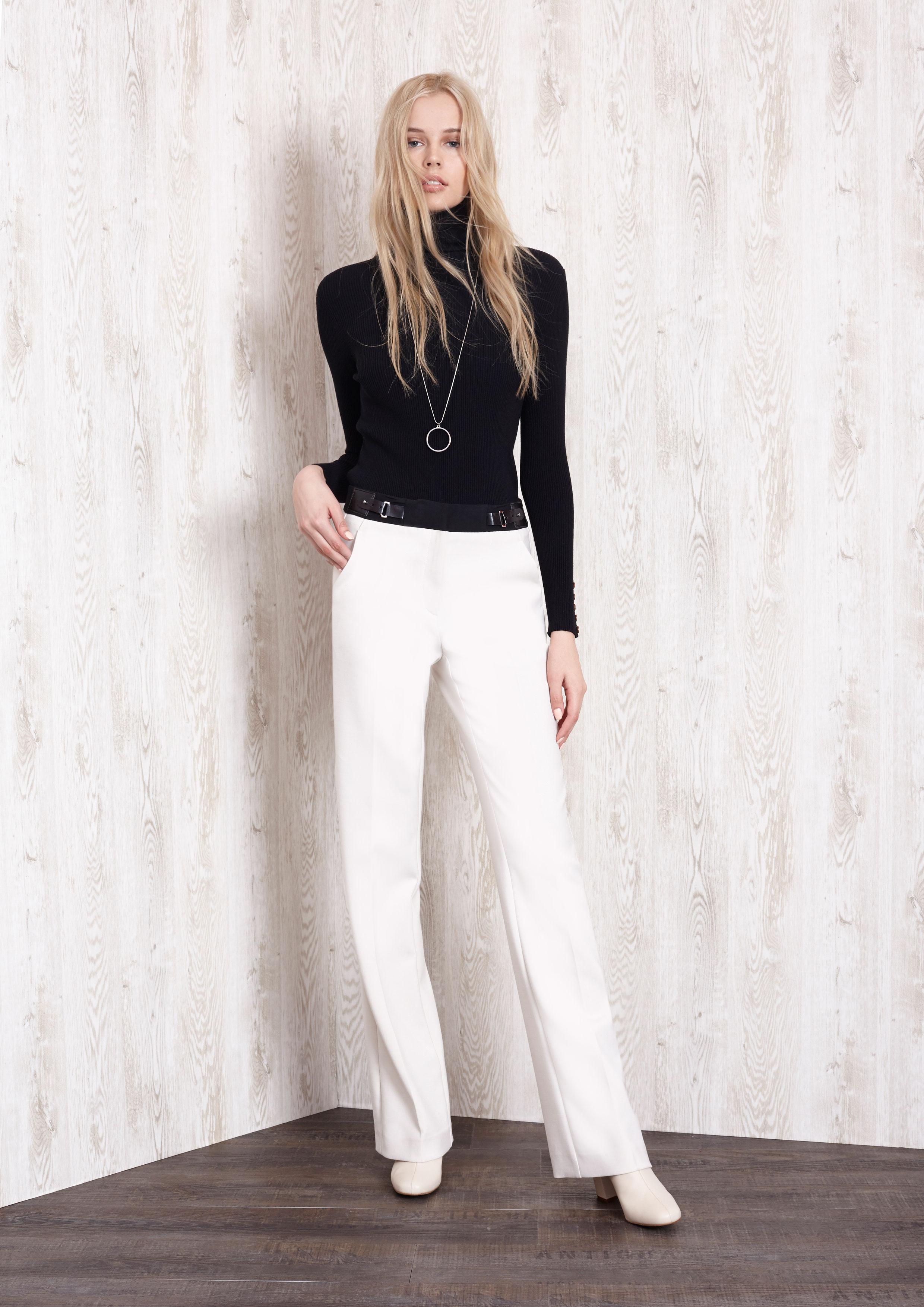 d94716ebb5992 Jersey de punto negro con pantalón crudo