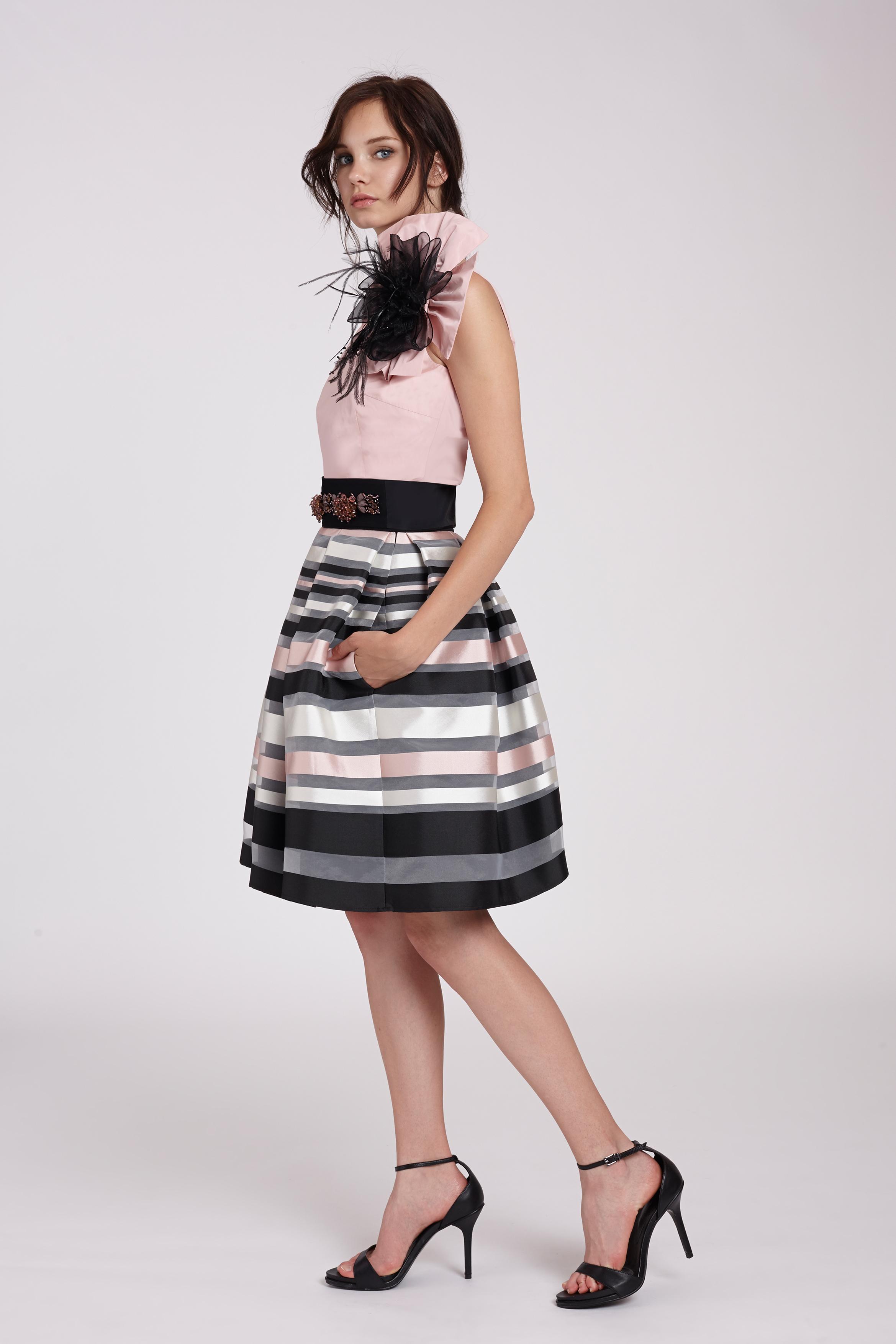 7231d4d54a1 Top asimétrico con broche y falda cóctel rayas