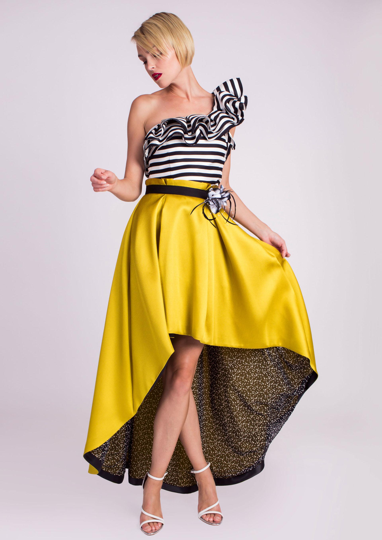 427f8b3f2ad9b Top rayas combinado con falda amarilla de vuelo