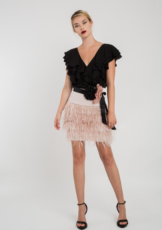 6c6c54cc42 Top de fiesta negro con falda rosa de plumas
