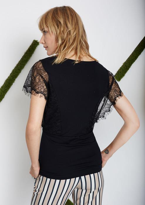 DESCRIPCIÓN. La nueva colección cultiva su gusto por la feminidad, incluso las prendas básicas. El encaje de esta camiseta intensifica la elegancia del escote en V pronunciado.